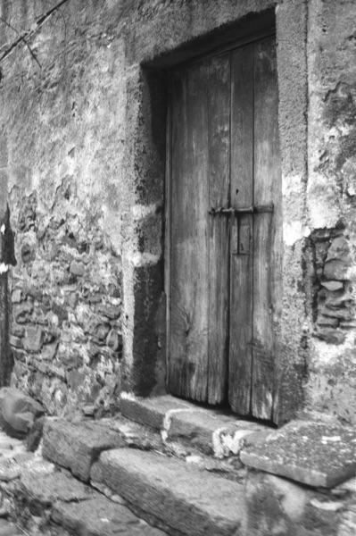 faja-fredes-wooden-old-door